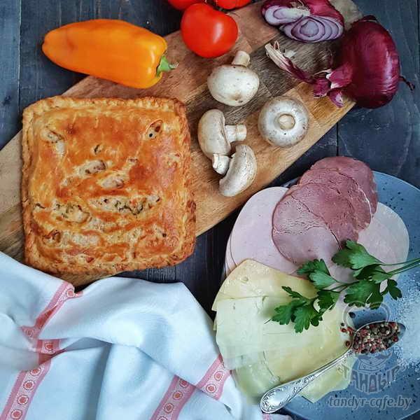 Пирог с ветчиной, грибами и сыром на слоёном тесте