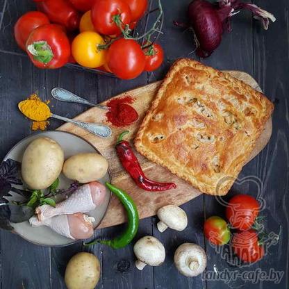 Пирог с картофелем, курицей и грибами на слоёном тесте
