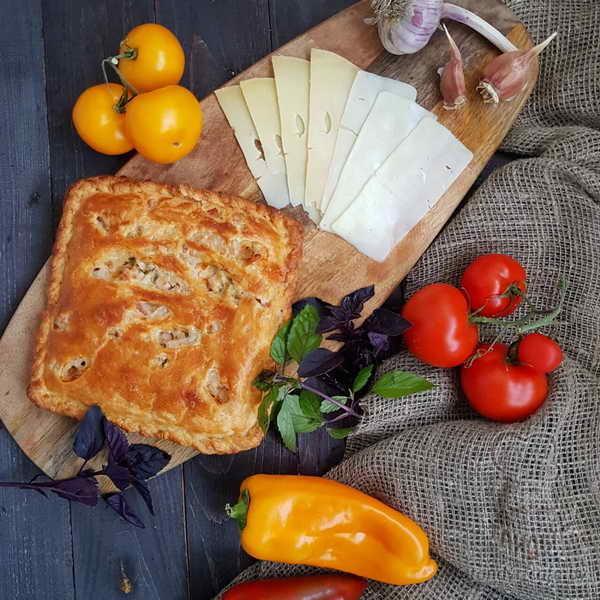 Пирог с сыром на слоёном тесте