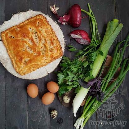 Пирог с яйцом, зеленью и луком на слоёном тесте
