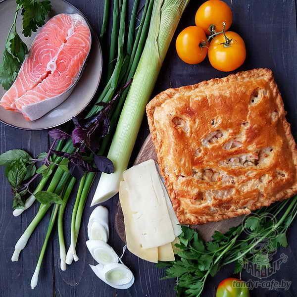 Пирог с лососем, луком пореем и сыром сулугуни