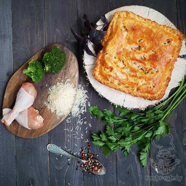 Пирог с курицей, брокколи и рисом на слоёном тесте
